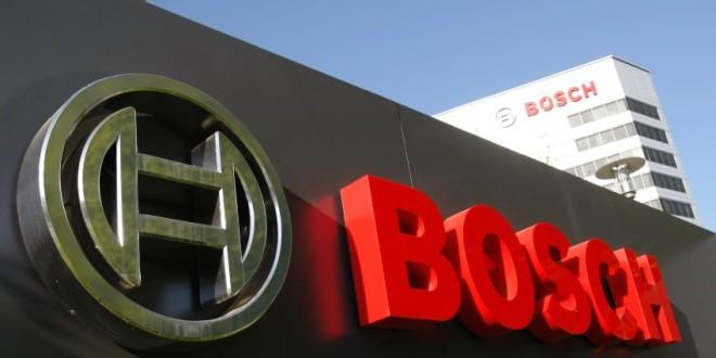 ARCHIV - Das Logo der Robert Bosch GmbH, aufgenommen am 23. April 2009 vor der Konzernzentrale in Gerlingen bei Stuttgart. Der weltgroesste Autozulieferer Bosch hat erstmals nach Ende des Zweiten Weltkriegs einen Milliardenverlust geschrieben. Der Umsatz des Konzerns brach im vergangenen nach vorlaeufigen Zahlen um etwa 16 Prozent auf rund 38 Milliarden Euro ein, wie Bosch-Chef Franz Fehrenbach am Mittwoch, 27. Januar 2010, in Stuttgart mitteilte. (AP Photo/Thomas Kienzle) --- FILE - In this April 23, 2009 file photo the logo of German Bosch group is seen at the concern's headquarters in Gerlingen near Stuttgart, Germany. (AP Photo/Thomas Kienzle, File)